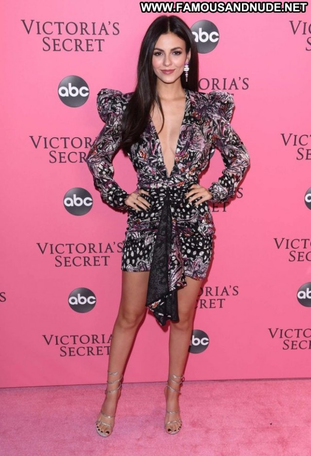 Victoria Justice Fashion Show Party Babe Celebrity Paparazzi Posing