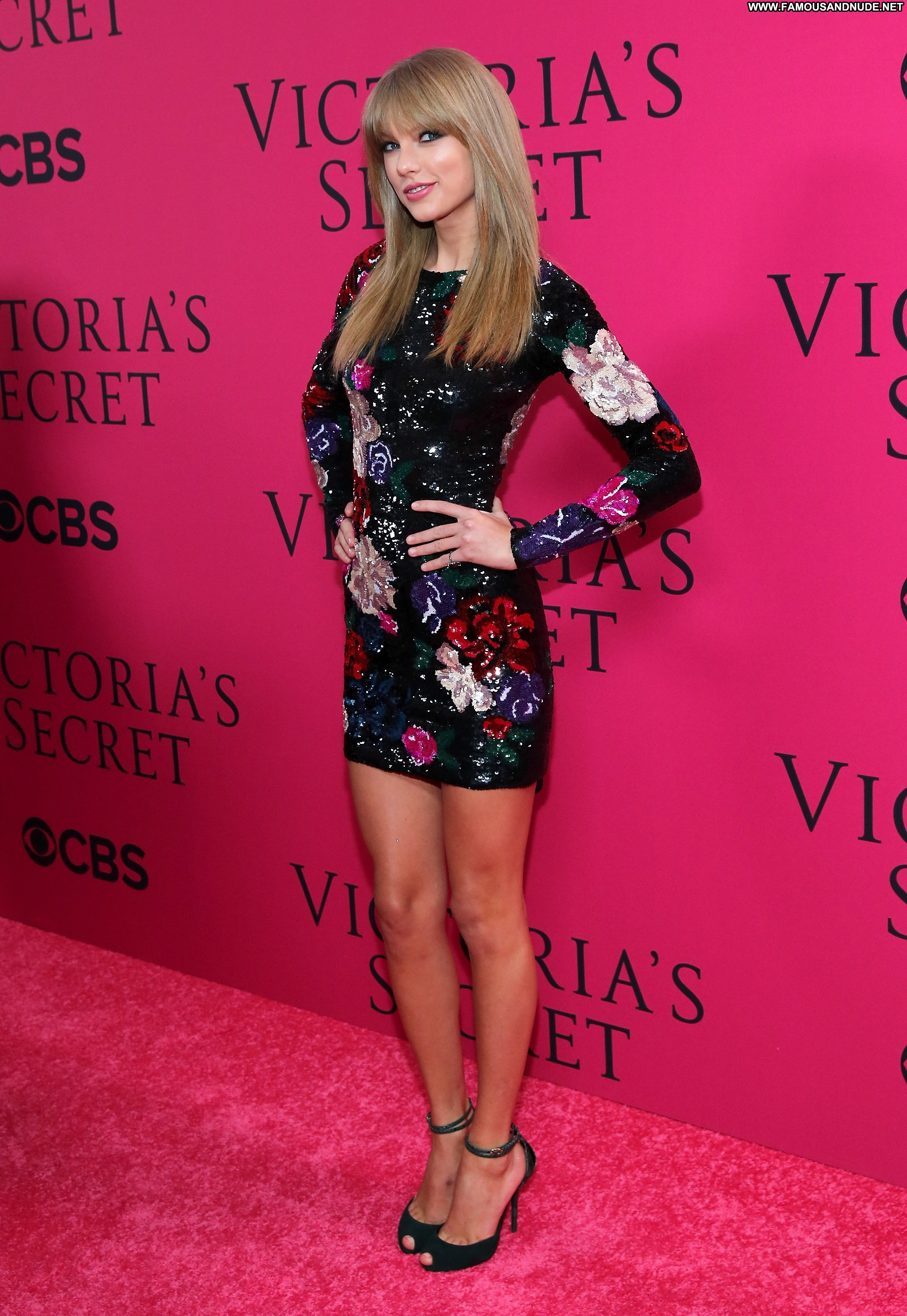Taylor Swift Fashion Show Celebrity Beautiful Babe Posing -6585