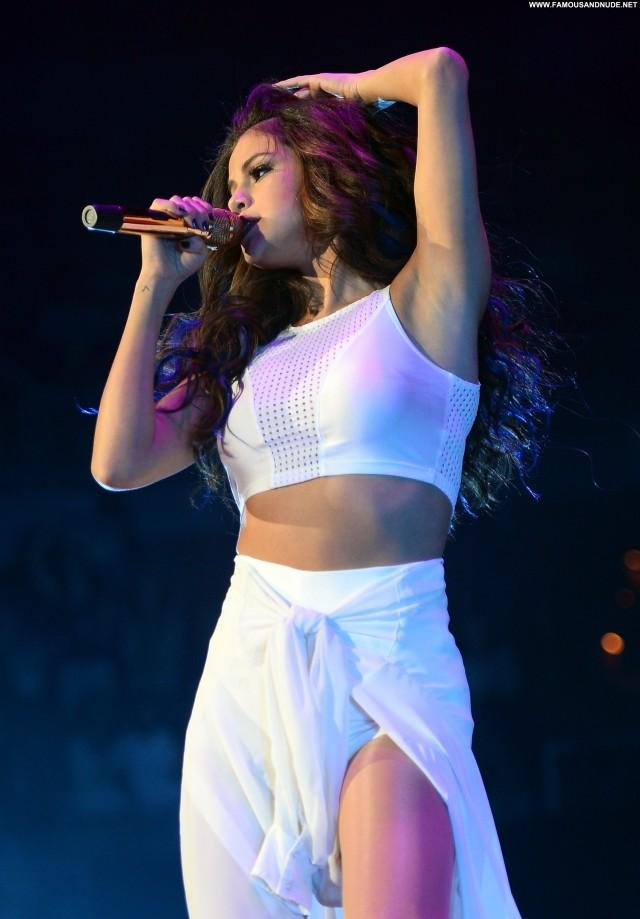 Selena Gomez Performance Beautiful High Resolution Babe Posing Hot